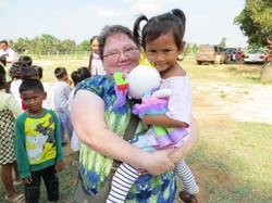 Volontaire et orpheline au Cambodge