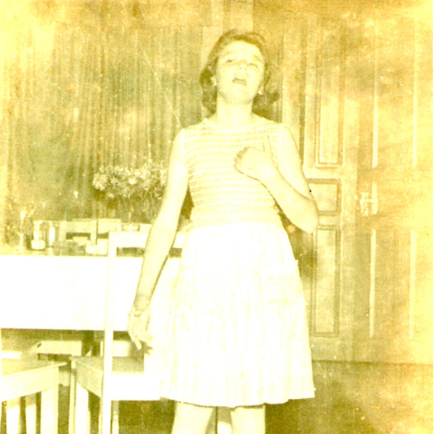Menina Lugarini Cantando no Cascatinha