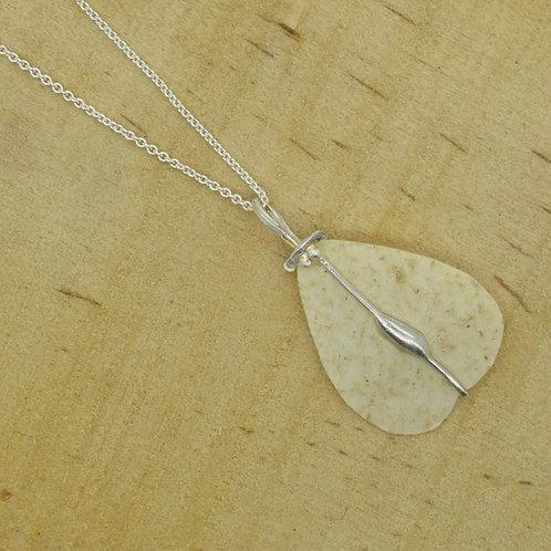 Elmseeds hanger aan zilveren ketting/collier (925) beige