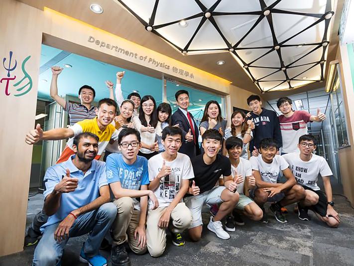 Prof. Xun-Li Wang and the students took photo at Dept. of Physics, CityU