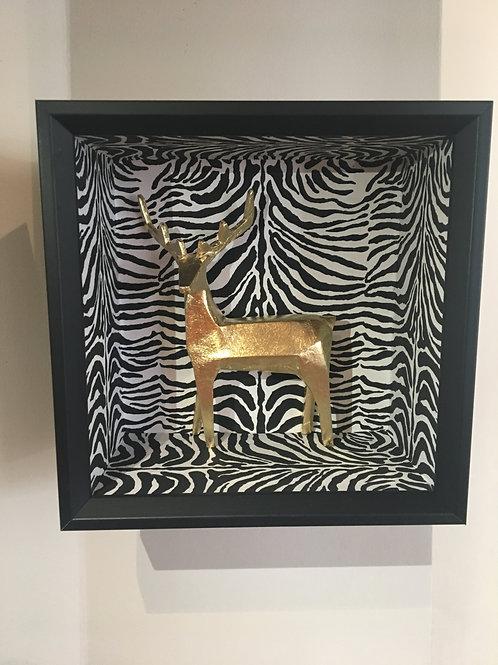 Cerf doré sur papier zébré