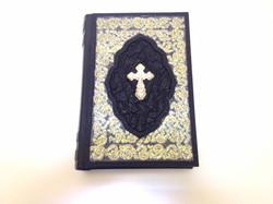 Библия с серебряным крестом