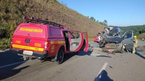 Acidente com quatro veículos deixa 15 feridos e uma pessoa morta na MG-383