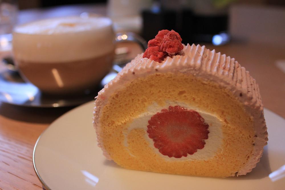 苺ロールケーキ.JPG