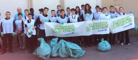 Ramassage des déchets autour du lycée Renouveau