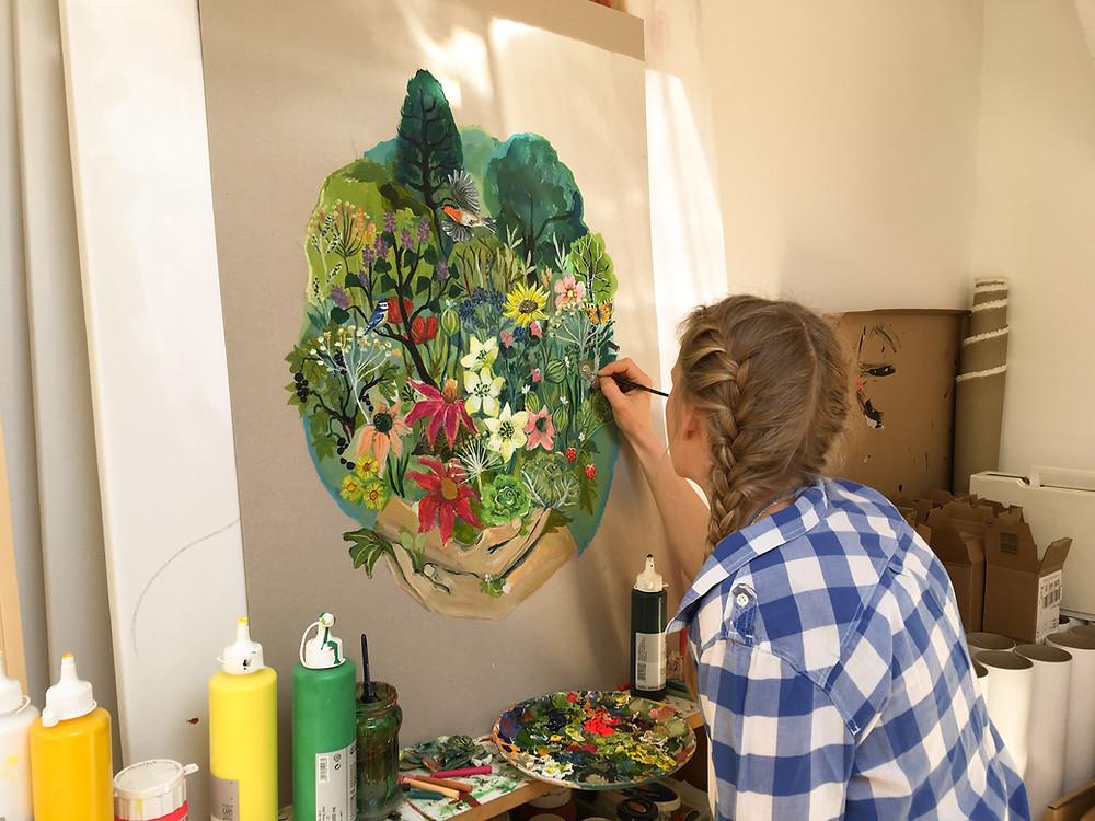 Rosi Betz beim Illustrieren des neuen Blühende Träume Motives für 2017