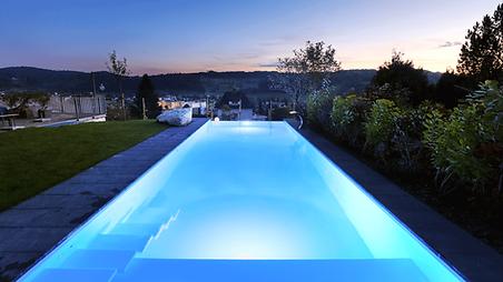 Steuern Sie Ihre Poolabdeckung, das Licht, die Wassertemperatur, die Gegenstromanlage und vieles mehr. Im Pool oder aus der Ferne. Per App oder mit in den Beckenrand integrierten Tasten.