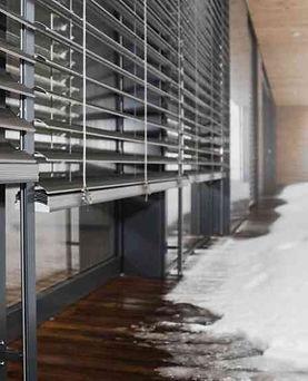 Das Leben hält ständig Überraschungen bereit. Und zwar genau dann, wann wir am wenigsten damit rechnen. Damit Sie auch für die unerwartetsten Ereignisse gerüstet sind, schützt sich das Gebäude von ganz alleine. Beispielsweise fühlt es austretendes Wasser, registriert offene Fenster und Türen, bewahrt Ihre Beschattung vor Schäden durch Wind und Frost, uvm.