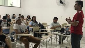 Victor Hugo Araújo: entre o microfone e o violão, um jornalista criativo para se espelhar!
