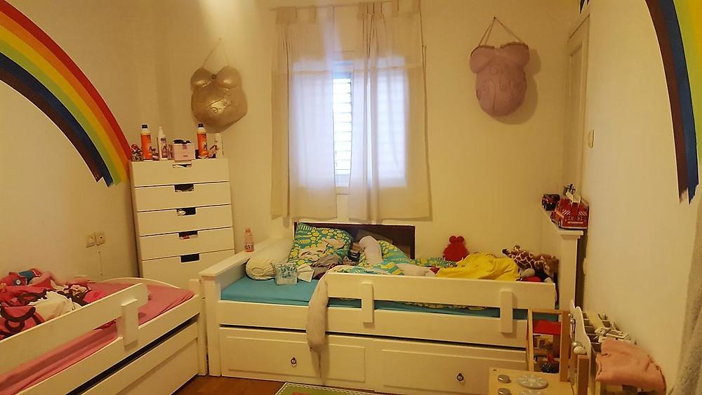 חדר שינה בדירה שלושה חדרים למכירה. אופציה לחלוקה של ארבעה חדרים