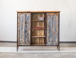 ארון פתוח עם דלתות מעץ ממוחזר וצבוע