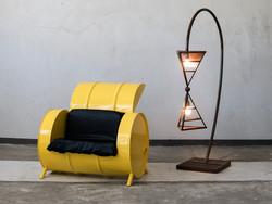 כורסא מחבית ממוחזרת וגוף תאורה עומד