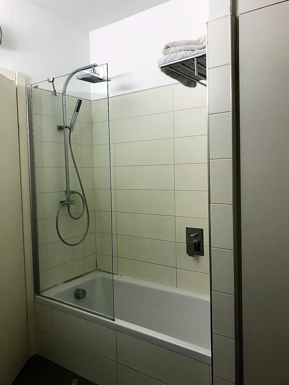 ארבעה חדרים למכירה ברחוב בבלי צפון תל אביב מקלחת וחדר אמבט משופצים