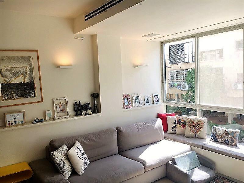 דירה להשכרה שלושה חדרים ענקית ברחוב שלומציון, סלון מקסים פתוח למבטח