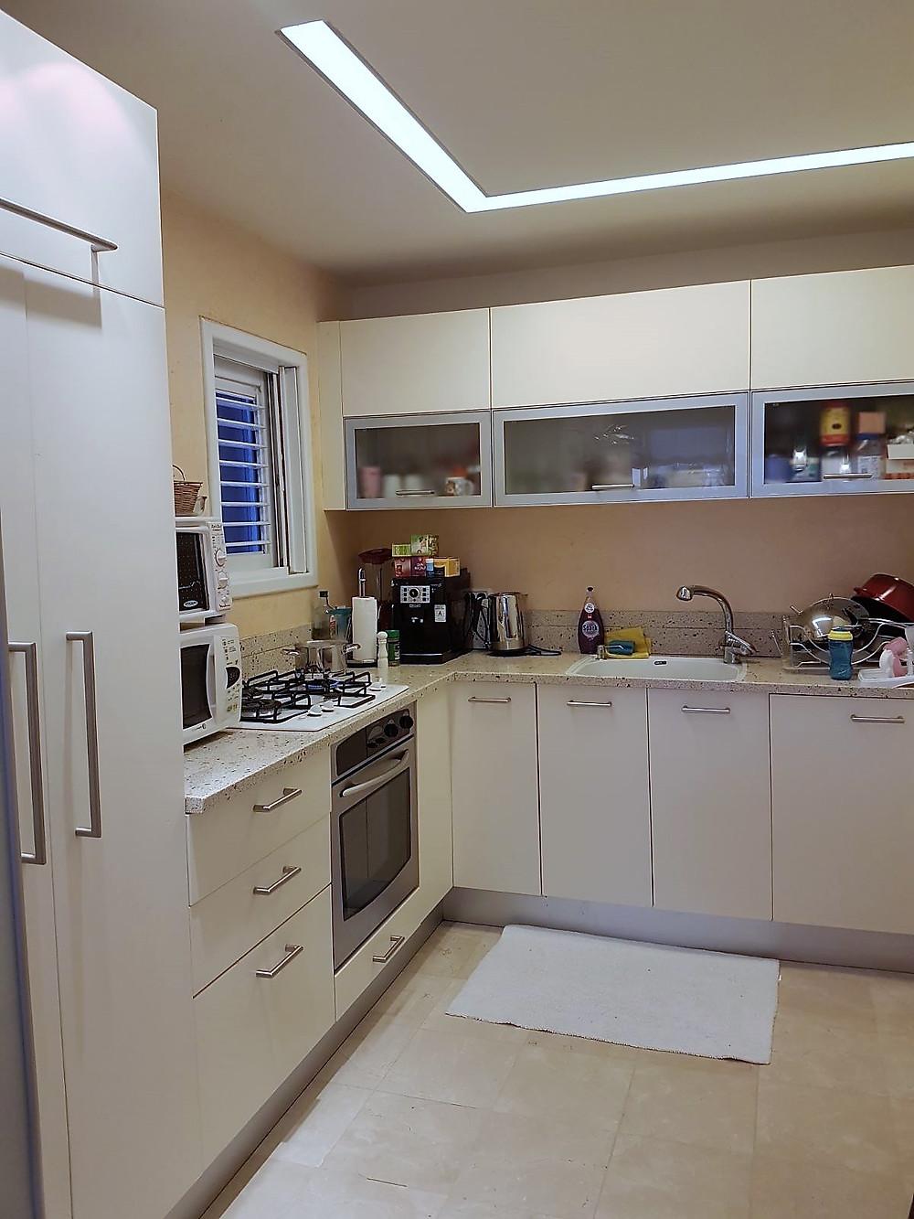 דירה משופצת למכירה בבבלי צפון תל אביב מטבח פתוח לסלון