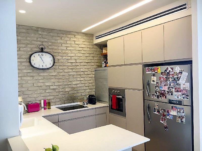 מטבח פתוח ומאובזר בדירה להשכרה ברחוב שלומציון בצפון תל אביב