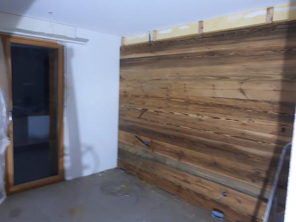 Altholzverkleidung in den neuen Zimmern.