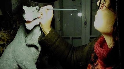 sculpteur céramiste contemporaine sculptant à son atelier