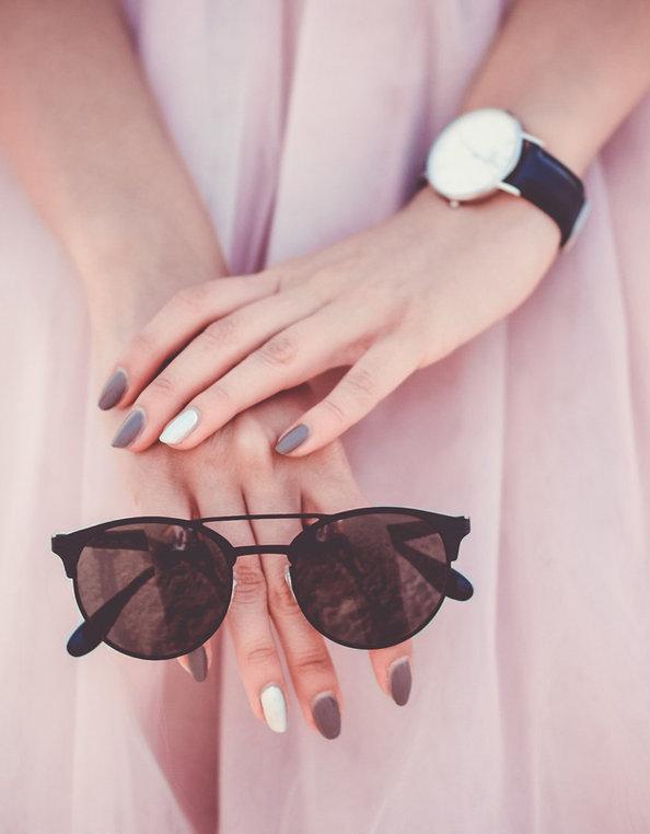 optique opticien lunettes solaires noire et robe rose opticien optique lentilles