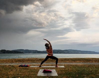 Yoga unter dem Wolkenhimmel