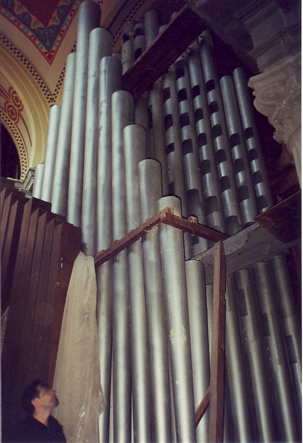 32 Bombarde inside the empty organ