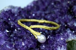 Armreif mit facettierter Perle