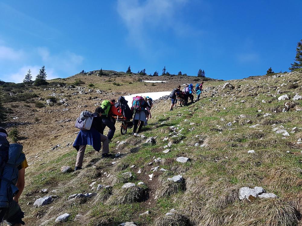 Sentiers difficile en joëlette, l'équipe Handi Cap Evasion reste soudée et motivée !
