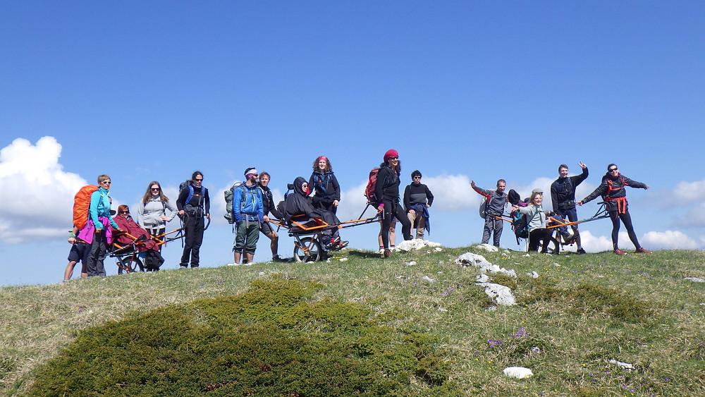 Deuxième jour du trek, l'équipe Handi Cap Evasion au sommet, point culminant de la randonnée.
