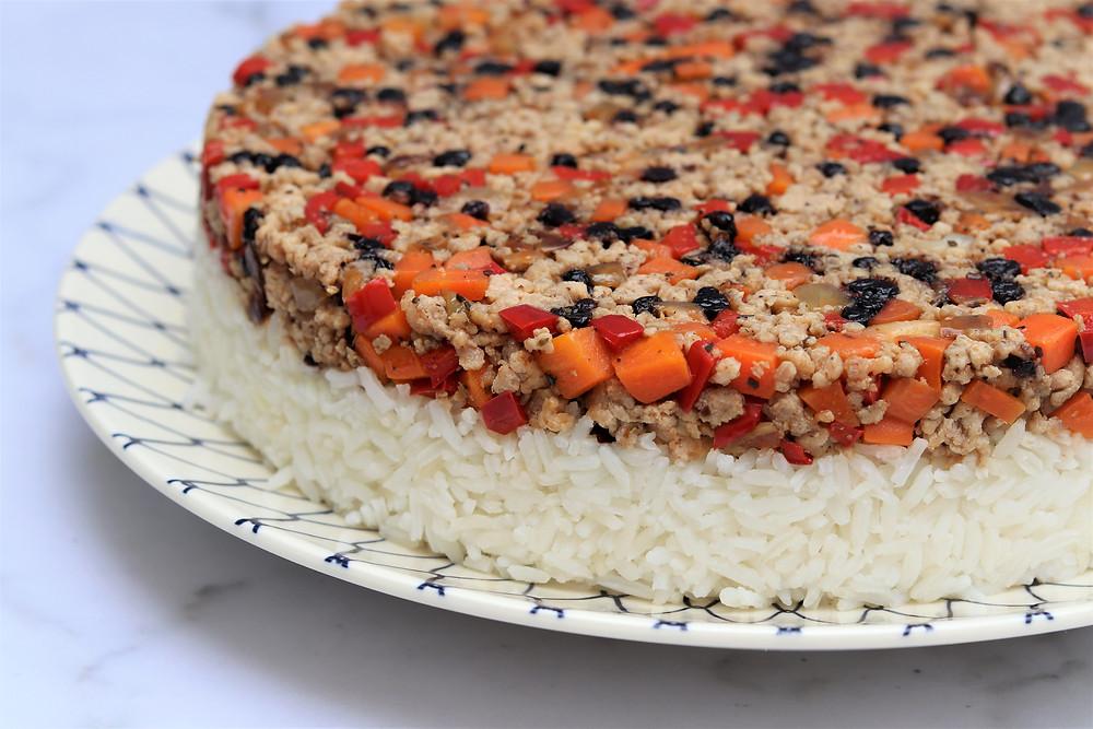 עוגת אורז חגיגית עם בשר על צלחת