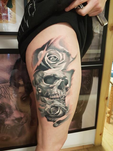Black and Grey femanine Skull tattoo
