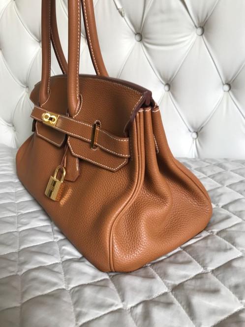 579a3cdd9 Bolsa Hermès Birkin Shoulder Caramelo confeccionada em couro texturizado. O  modelo retangular possui alça longa, três bolsos internos, ferragens em  metal ...