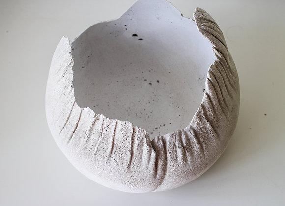 Подсвечник из белого бетона