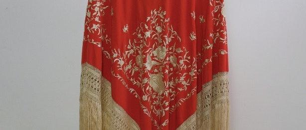 Mantón modelo Carmen coral en crudo