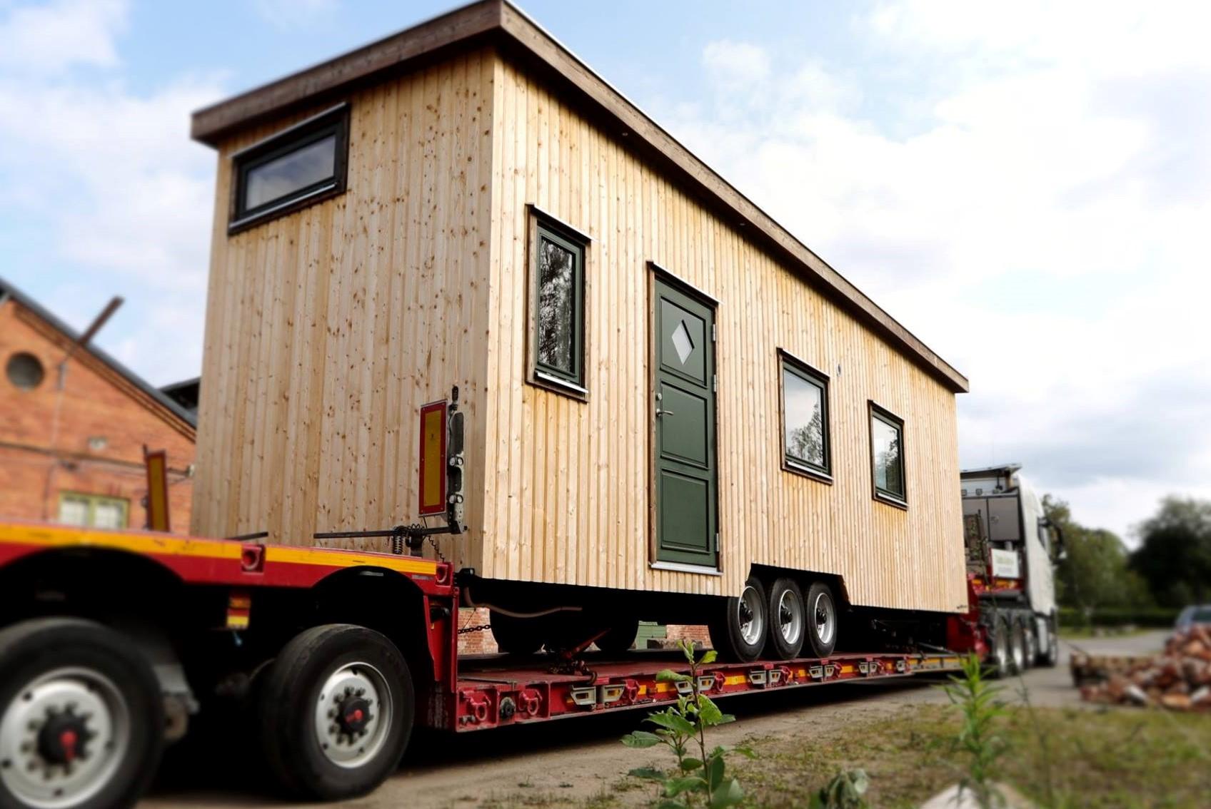 Tiny House Thea lastat på maskintrailer och redo för leverans till sin nya ägare