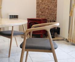 円卓の椅子