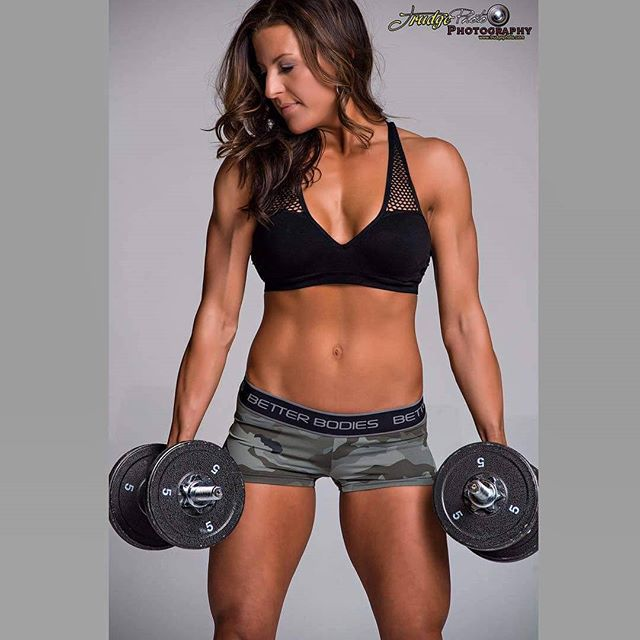 Strong is definitely SEXY 💥 WOW! _naomibrowne just looks flawless! TAN_ _bunzies_organic_spraytanni
