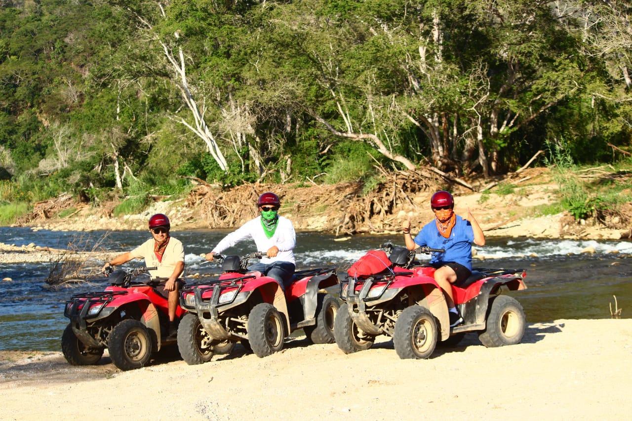 Cuatrimotos en selva y Río