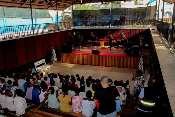 Crianças preparam a inauguração.. (2).jp