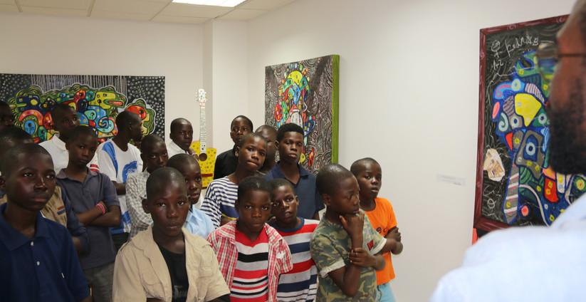 Crianças visitam a Galeria