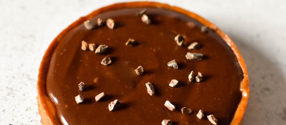 TARTE CHOCOLAT, CARAMEL, PRALINE CACAHUETES