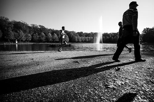 Les Marcheurs du Parc (collection Blackmood-confusion)  Tirage 90 X 60 cm, 135 x 90 plein format, Patrick Raymond