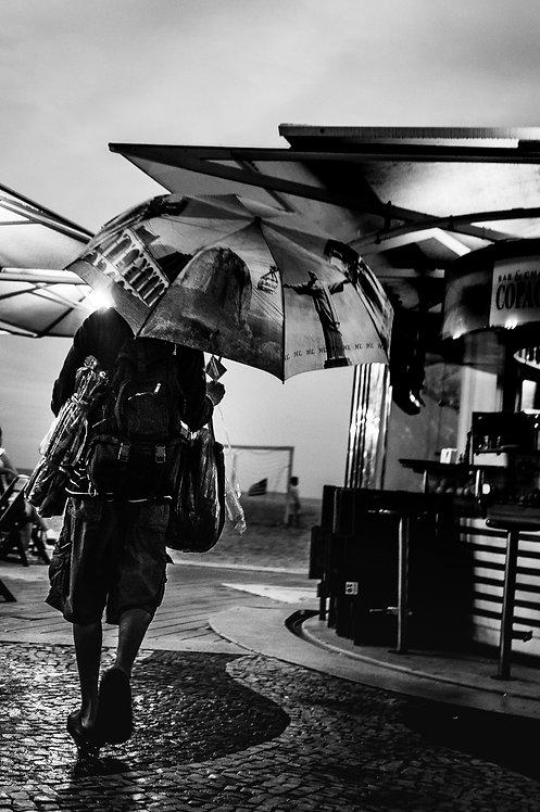 Le vendeur de parapluie-tirage 90 X 60 cm