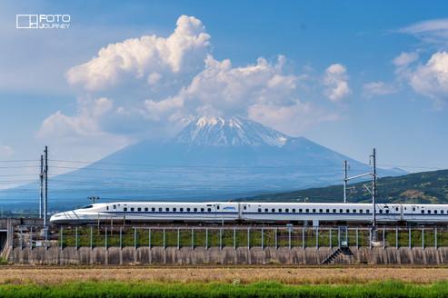 Mount Fuji and Shinkansen2_2000x1333.jpg
