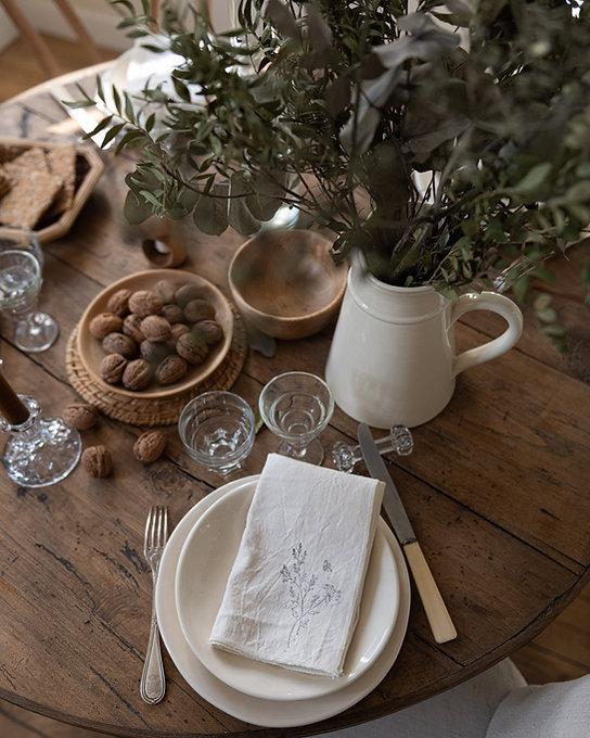 Jolie table avec vaisselle en faïence artisanale ivoire, couverts en métal argenté et verres anciens chinés en France