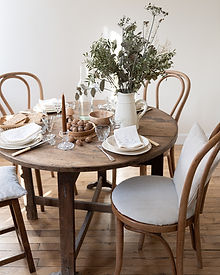 jolie table de vendange, belle vaisselle en faïence ivoire fabriquée artisanalement en France, beau bouquet chamêtre