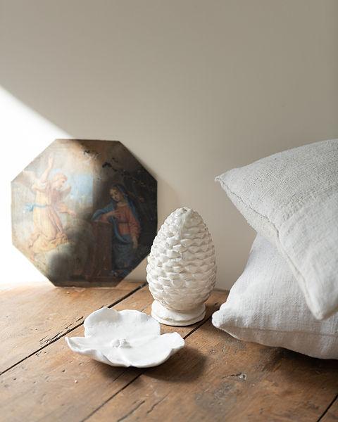 des coussins en chanvre, de la faïence artisanale ivoire, une huile sur cuivre chinée en France