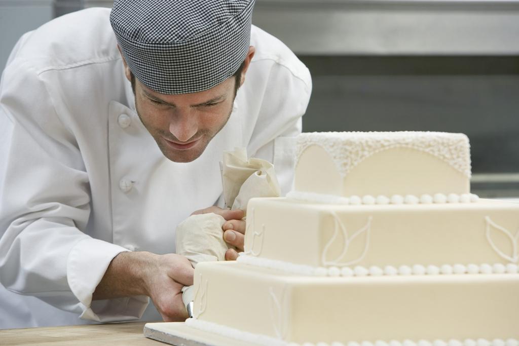 preparazione torta nuziale