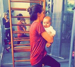 agachamento com bebe