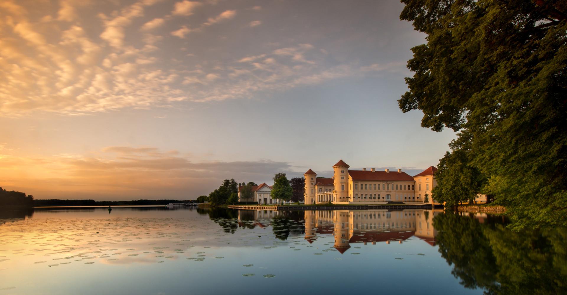 Schloss Rheinsberg in der Abenddämmerung