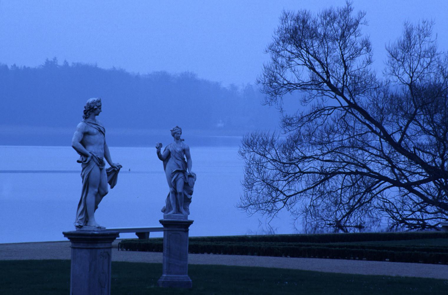 Blaue Stunde über Schlosspark und See